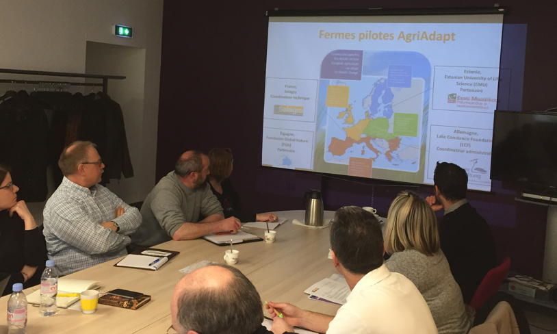 Agricultores y ganaderos franceses debaten sobre las consecuencias del cambio climático en sus explotaciones.